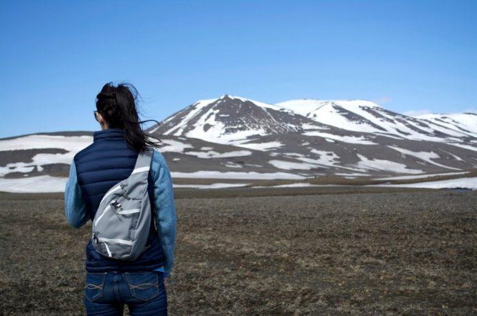 パタゴニアのバッグを背負う女性