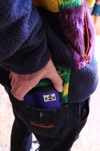 チャムスの財布をポケットに入れる人