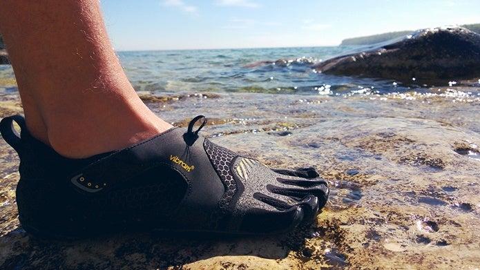 ビブラムファイブフィンガーズを水辺で履く