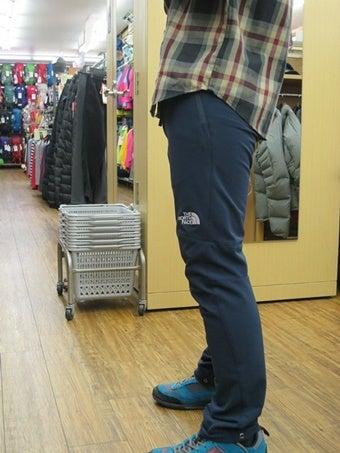 登山パンツを履く人