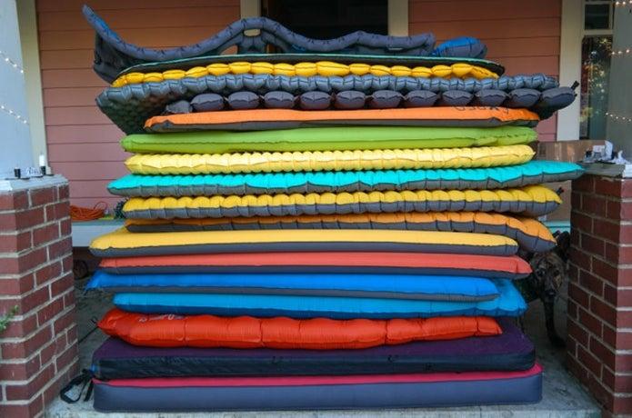 大量の寝袋マット