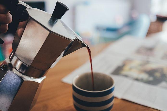 コーヒーを注ぐ画像