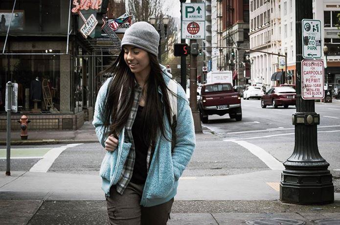 コロンビアのフリースを着ている女性
