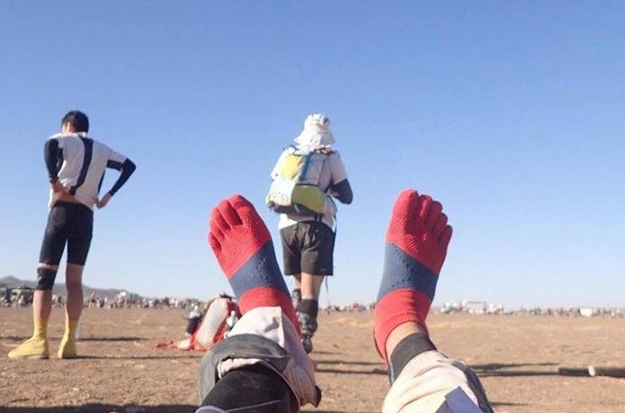 ランニングソックスを履いている人の足