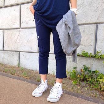 ネイビーのアルパインライトパンツを履く女性