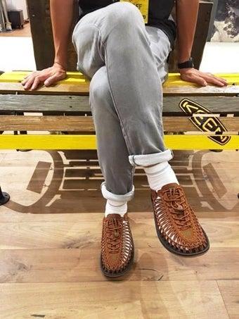 キーンのユニークを履いている人の足