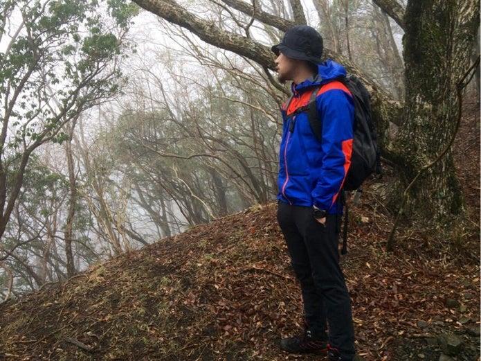 山でノースフェイスのマウンテンパーカーを着た男性