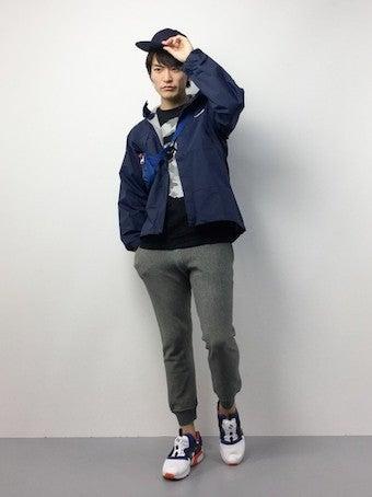 ネイビーのドットショットジャケットを着用したコーディネート