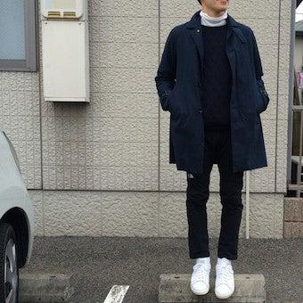 ブラックのアルパインライトパンツを履く男性