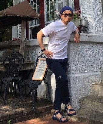 アルパインライトパンツを着用する男性