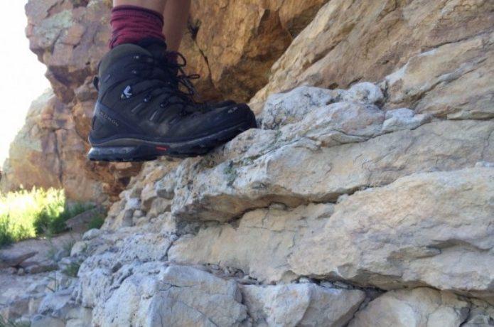 サロモンの登山靴で岩場を登る