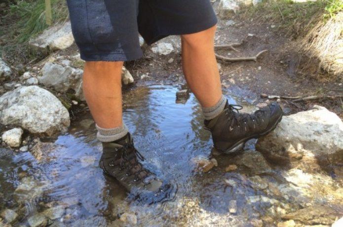 サロモンの登山靴を履いて小川を渡る