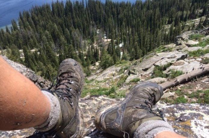 サロモンの登山靴を履いた足元