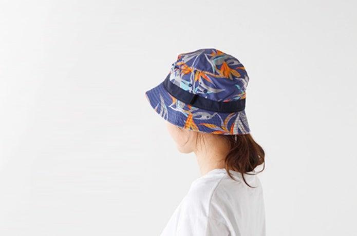 パタゴニアの帽子を被る女性