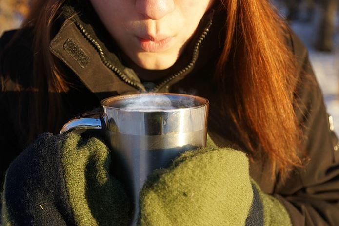 山でコーヒーを飲んでいる画像