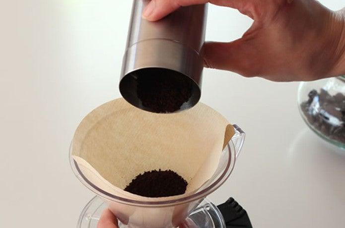 ポーレックスのコーヒーミルから粉を入れる