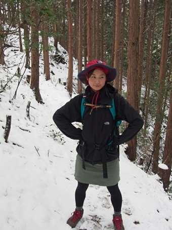 山でノースフェイスのマウンテンパーカーを着ている女性