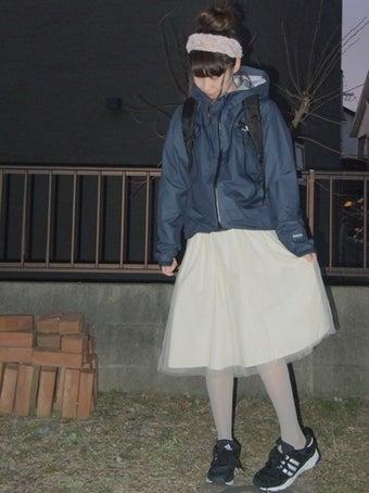 ノースフェイスのマウンテンパーカーを着た女性