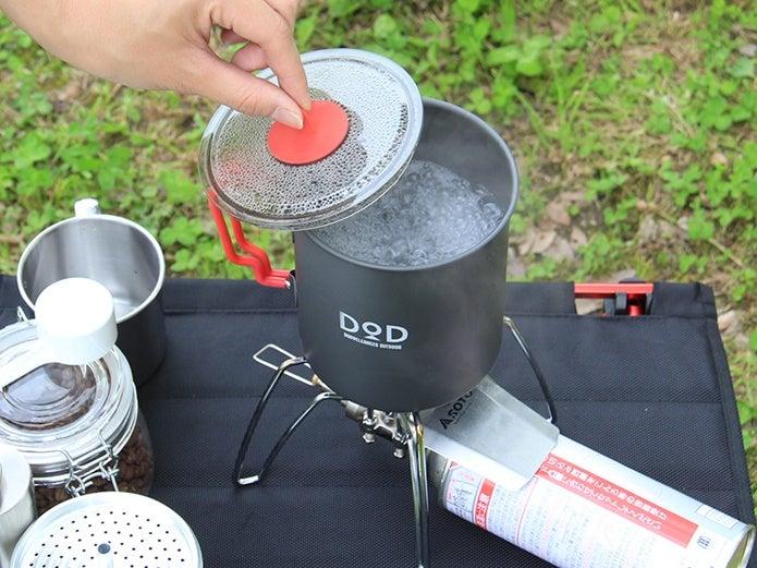 クッカーでお湯を沸かしている画像