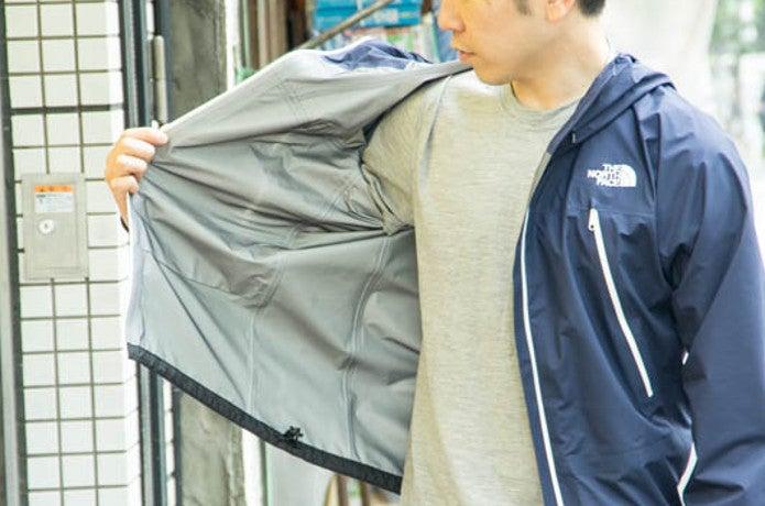 クライムライトジャケットを着る人