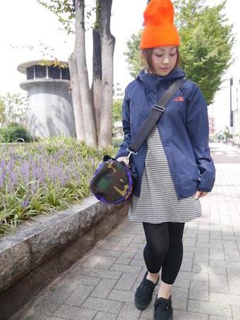 ネイビーのドットショットジャケットを着用したコーディネート2(女性)