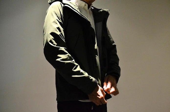 オールマウンテンジャケットを着る男性
