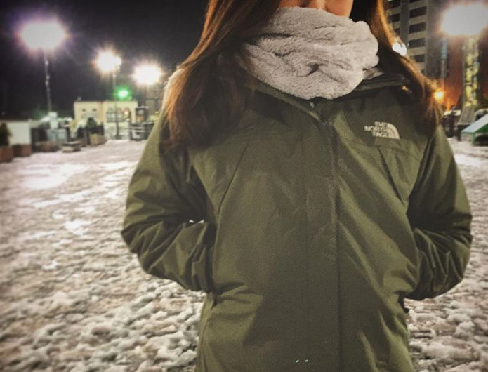 スクープジャケットを着る女性