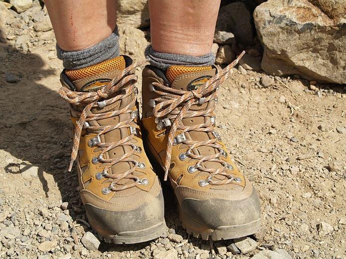 登山で疲れている足