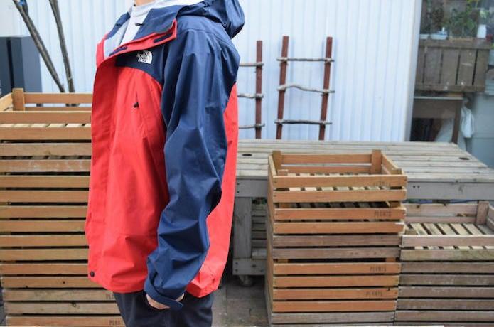 ドットショットジャケットを着た男性