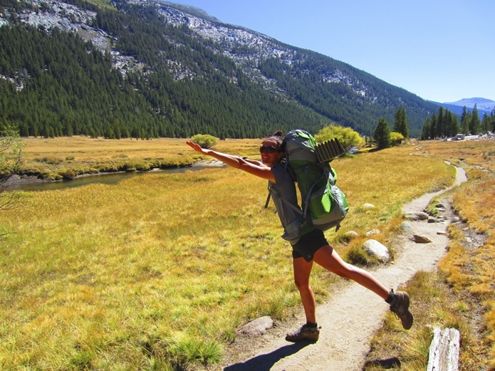 登山用リュックを背負っている女の人