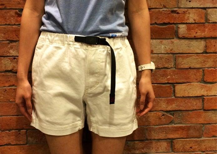 グラミチの白いショーツを履いた女性
