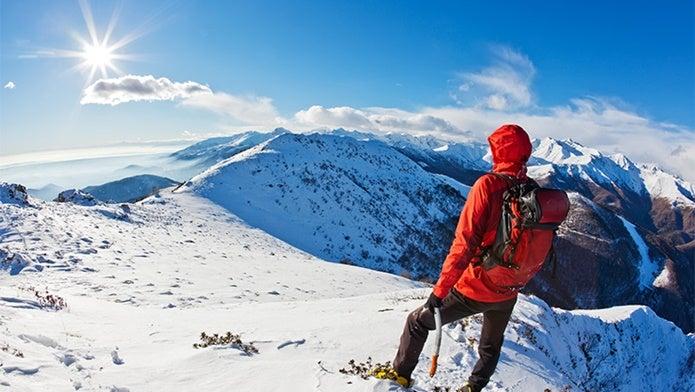 雪山に立つ人