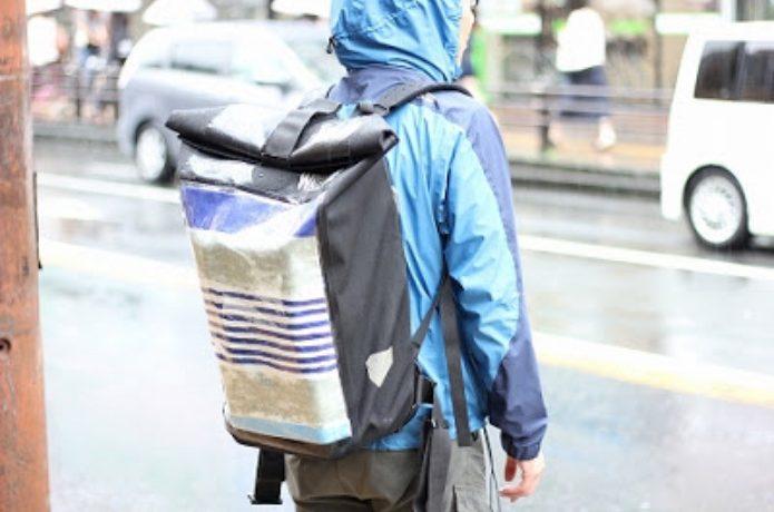 防水バックパックを背負う男性