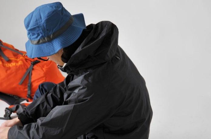 パタゴニアの帽子を被る人