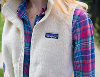 パタゴニアのレトロXのベストを着る女性
