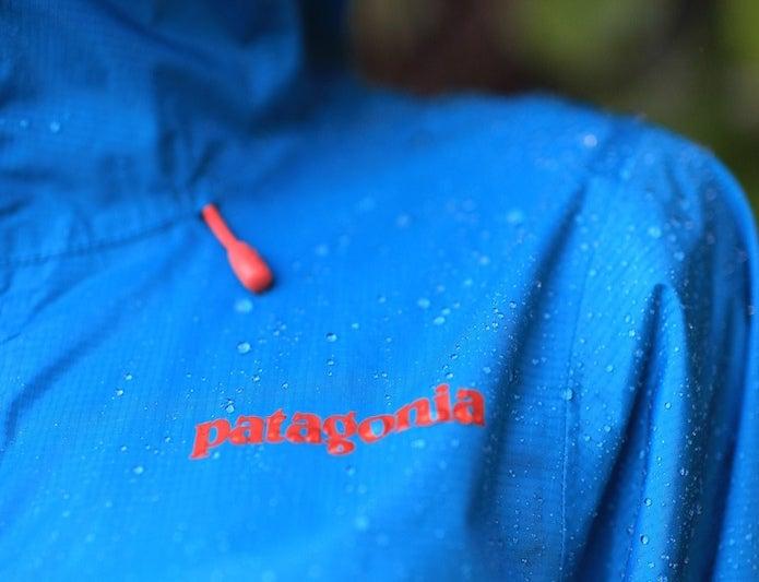 水を弾いているパタゴニアのマウンテンパーカー