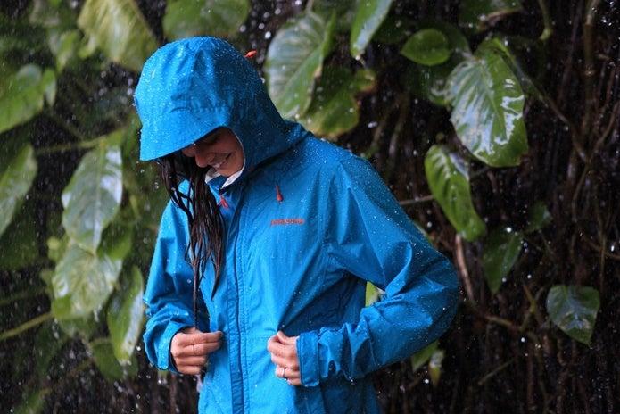 雨の中でパタゴニアのトレントシェルを着る女性