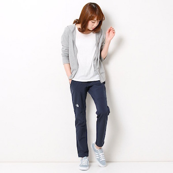 アルパインライトパンツを履く女性