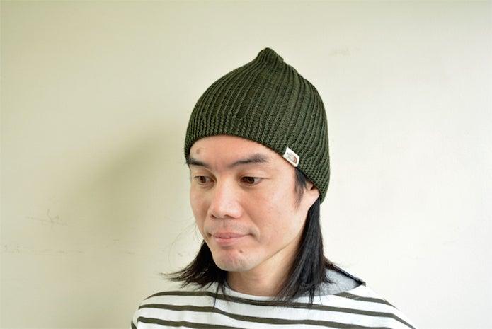 ノースフェイスのニット帽を被った男性