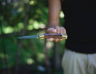 フォールディングナイフを持つ人