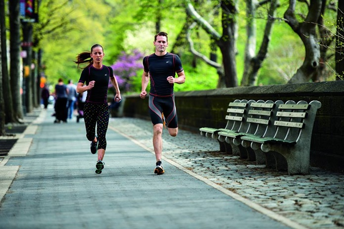 コンプレッションウェアを着て走る2人