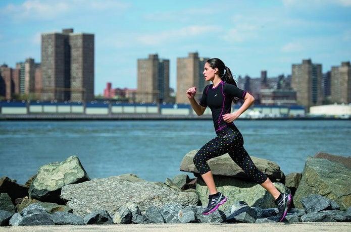 コンプレッションウェアを着て走る女性
