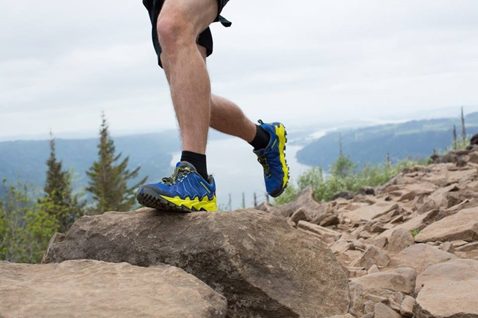 モントレイルの靴を履いてトレイルランニングする人