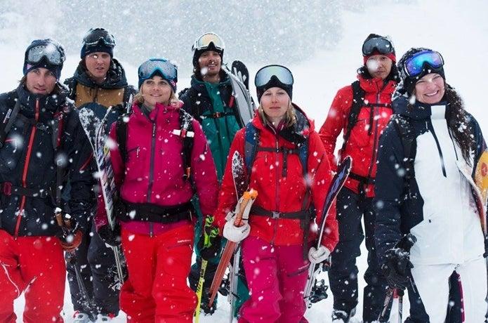 ピークパフォーマンスのウェアを着るスキー選手