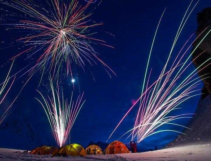雪上のノースフェイスのテント