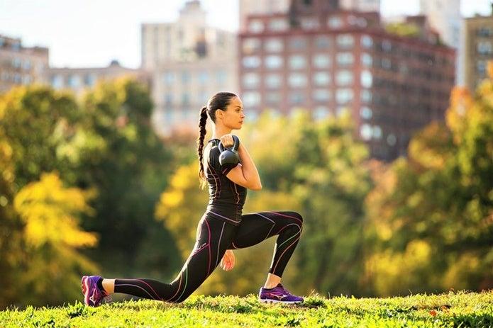 スポーツレギンスを履いて運動する女性
