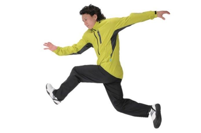 ワークマンのレインウェアを着て走る男性