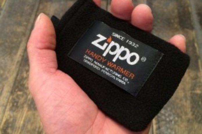 Zippoカイロを持つ