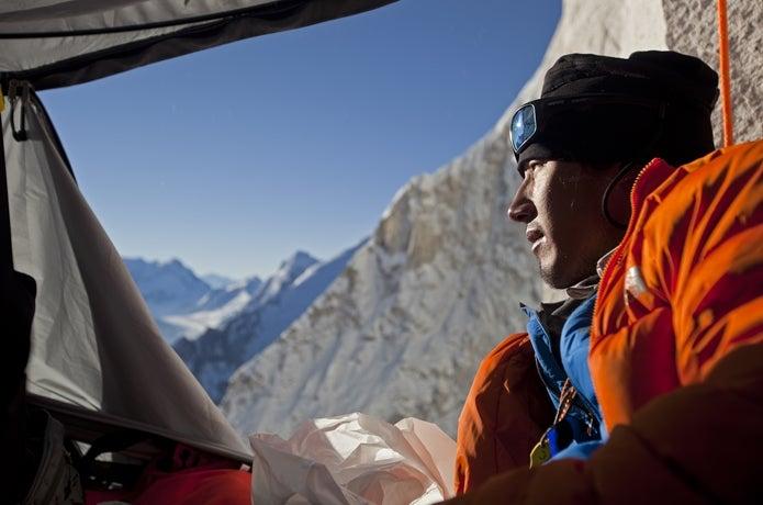 テントの中から外を見るジミー・チン