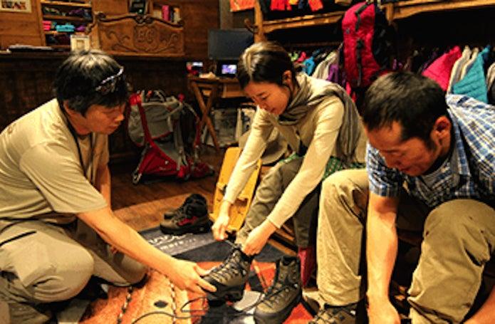 登山靴の選び方を教える店員